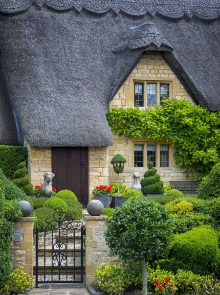 Thatched roof cottage in Chipping-Campden, Gloucestershire, England